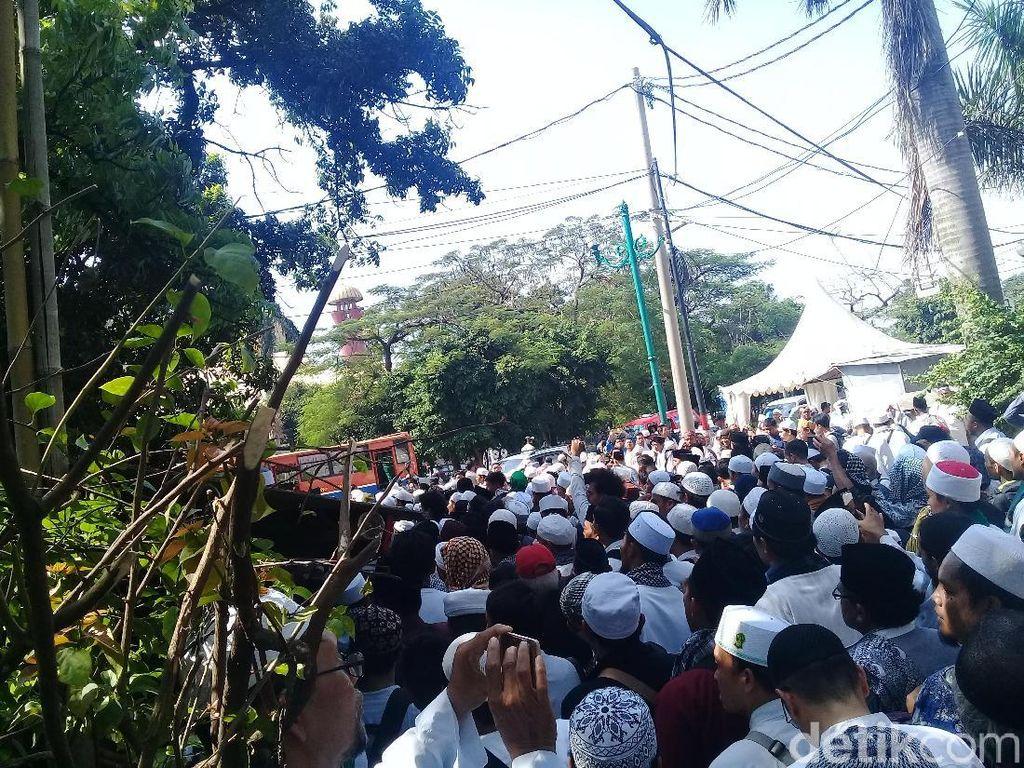 Massa HTI di PTUN Jakarta Membubarkan Diri