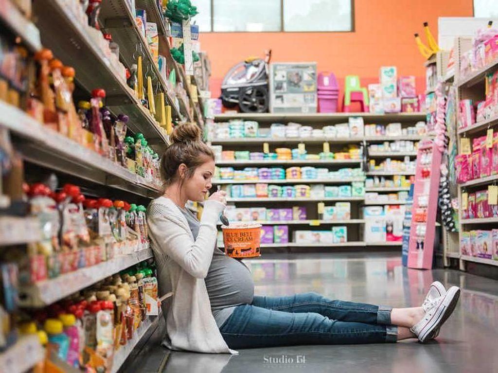 Makan Es Krim di Supermarket untuk Foto Hamil, Mau Coba, Bun?