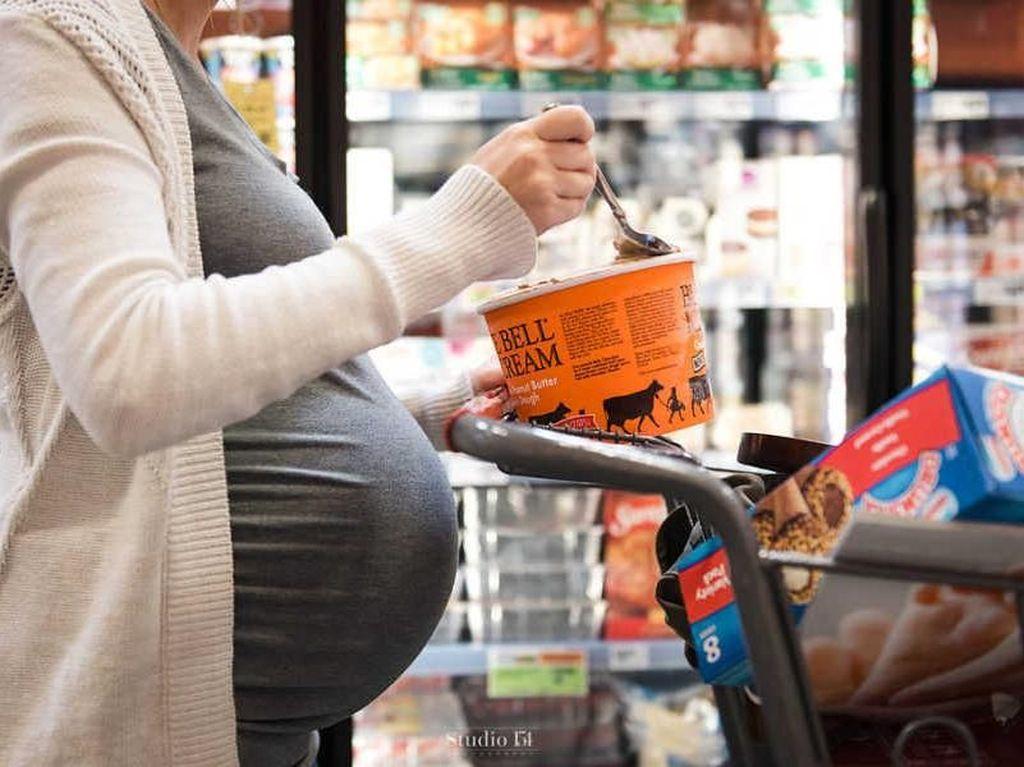Ide Unik Maternity Photo Shoot: Makan Es Krim di Supermarket