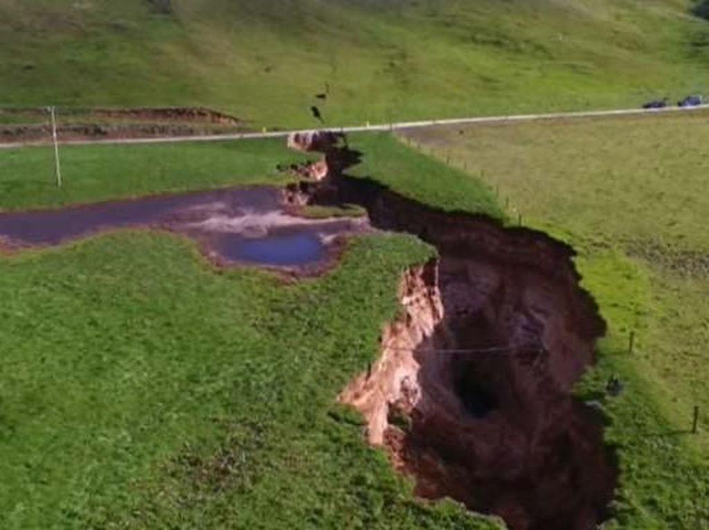 Penampakan Lubang Raksasa Sedalam 20 Meter di Selandia Baru
