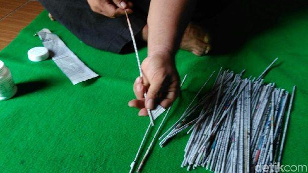 Proses pembuatan kerajinan dari limbah kertas di Purworejo.