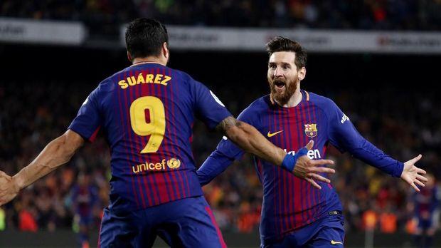Selebrasi gol Lionel Messi dan Luis Suarez pada babak kedua. (