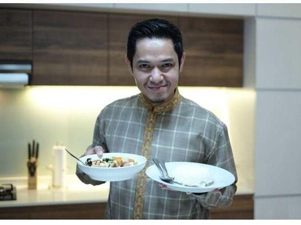 Makan Bersama Teman dan Keluarga Jadi Cara Dude Harlino Bersilaturahmi