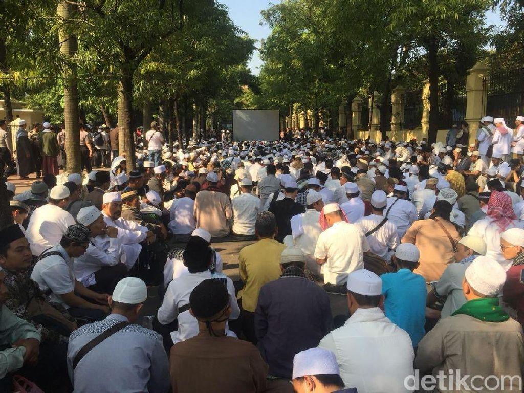 Jelang Putusan, Massa HTI Padati PTUN dan Gelar Doa Bersama