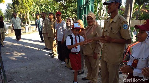 Bocah Lamongan yang Rawat Ibunya Akhirnya Sekolah Lagi