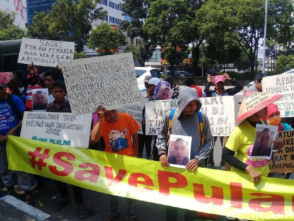 Warga Pulau Pari Gelar Aksi Borgol Tangan di PN Jakut