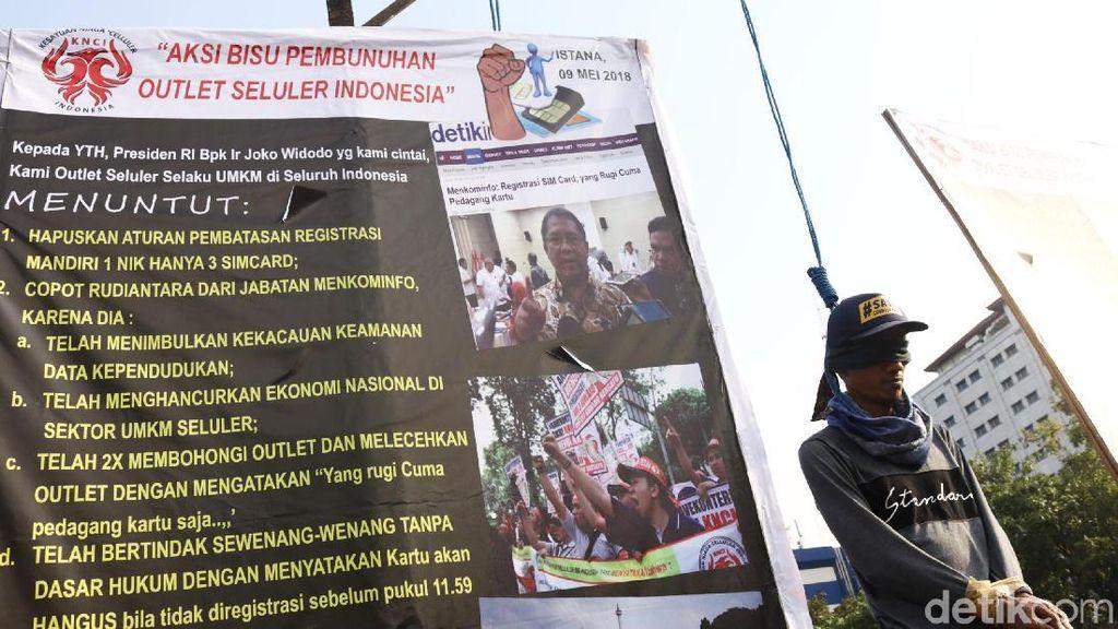 Foto News: Aksi Gantung Diri Pedagang Pulsa di Istana