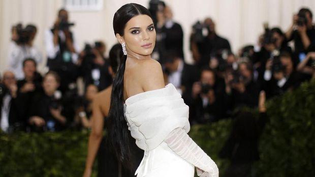 Kendall Jenner hadir di Met Gala 2018, namun datang terpisah dari saudari-saudarinya.