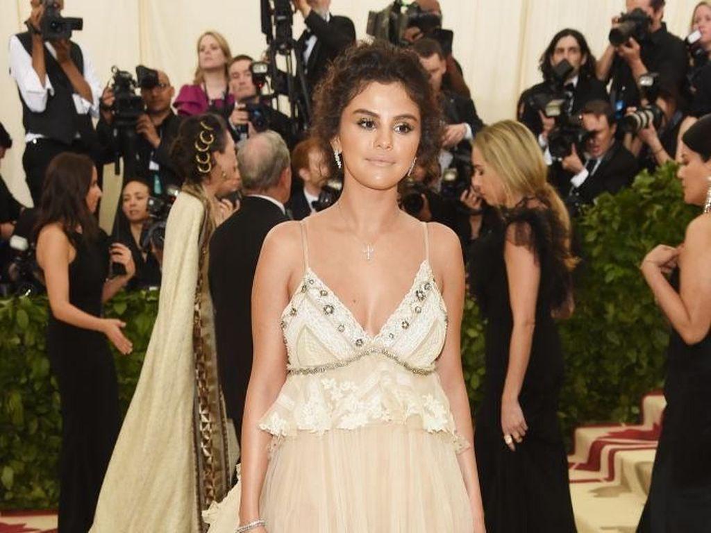 Alasan di Balik Penampilan Selena Gomez Berwajah Coklat di Met Gala 2018