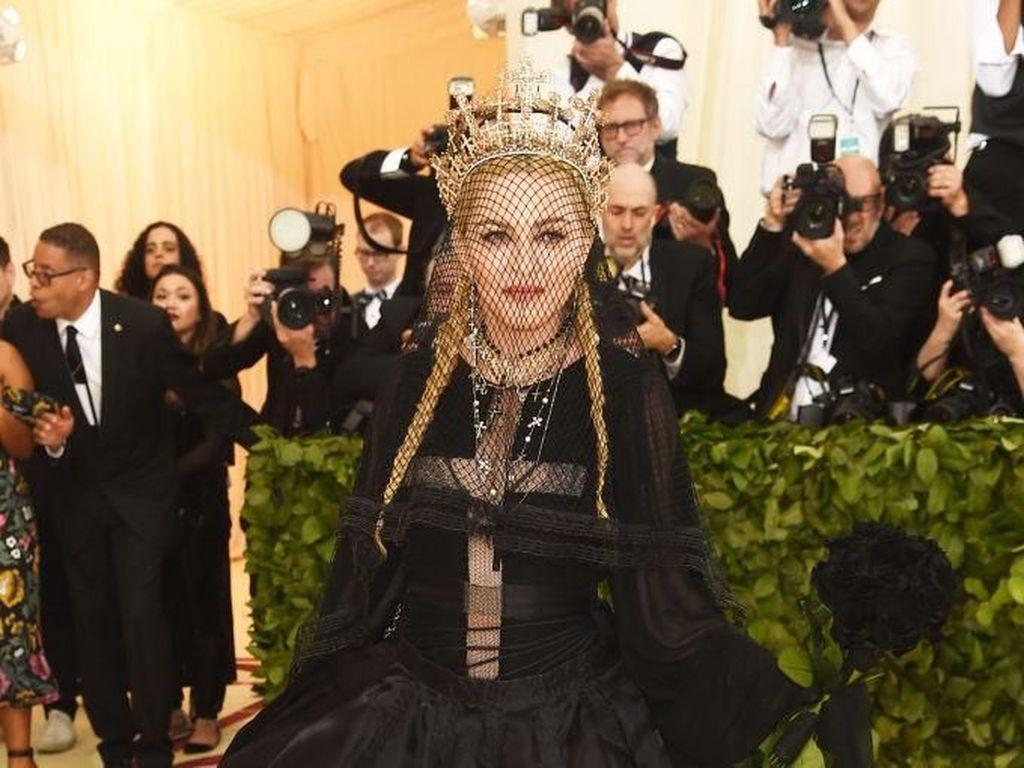 Tahun Baru, Madonna Dikabarkan Operasi Plastik Karena Tampilan Ini