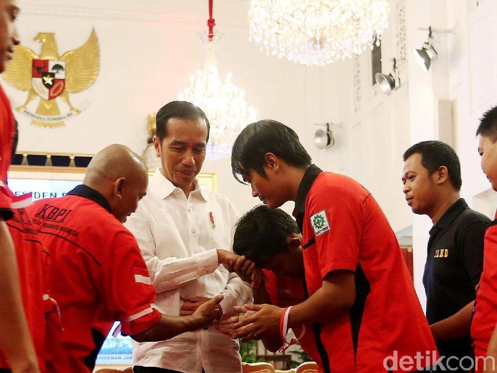 Foto: Jokowi Dengarkan Curhat Sopir Truk di Istana