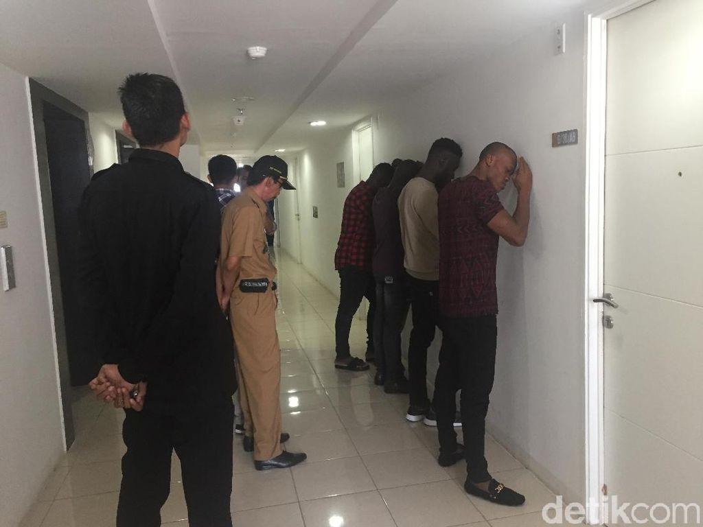 Petugas Imigrasi Jaktim Razia WNA di Bassura City