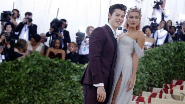 Shawn Mendes dan Hailey Baldwin juga debut penampilan bersama di Met Gala 2018.