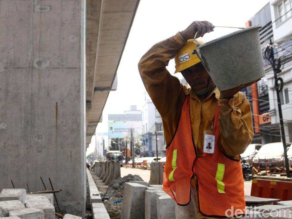 Pembangunan Pembatas Jalan di Bawah Jalur MRT