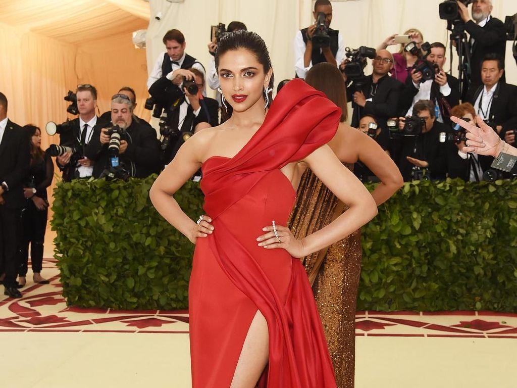 Serba Merah, Deepika Padukone Memukau di Met Gala 2018