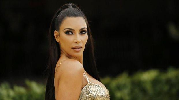 Kim Kardashian berbusana emas saat ke Met Gala 2016.