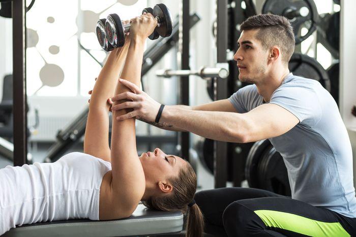 Latihan ke enam adalah burpees, yakni kombinasi push up dan jumping. Anda harus terlebih dahulu merangkak kemudian melompat dan bertepuk tangan. Karena berisiko menyakiti punggung Anda, maka penting untuk mempertahankan bentuk yang tepat. Foto: Thinkstock