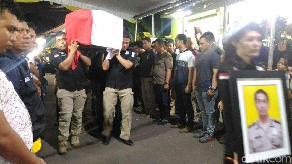 Foto: Jenazah Bripka Deni Diberangkatkan ke Pemakaman