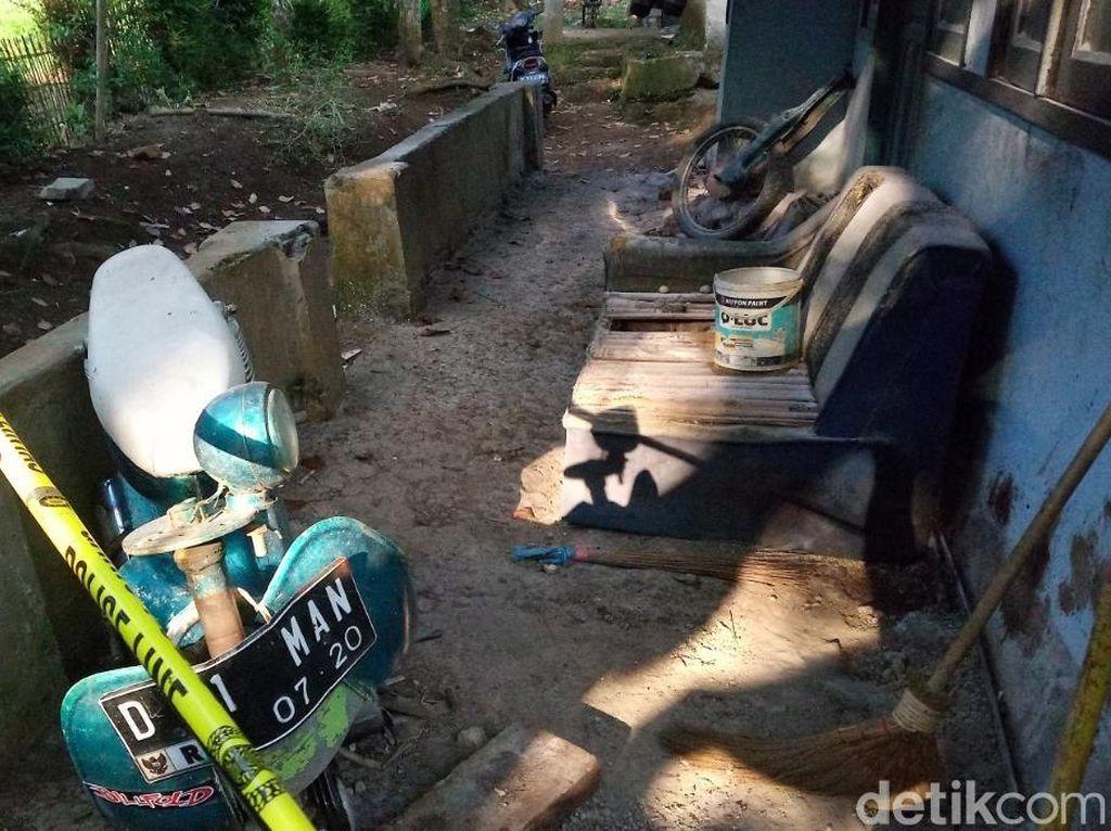Motor Bebek dan Darah Mengering Jadi Saksi Pembantaian Ibu dan Istri