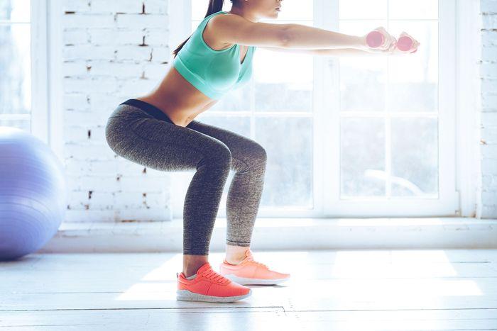 Latihan beban terakhir adalah mountain climber. Tempatkan tubuh di atas lantai dengan bertumpu pada tangan dan lutut. Rentangkan kedua kaki sehingga kaki lurus dan terangkat dari lantai, dengan jari-jari kaki dan tangan menahan tubuh. Selanjutnya, melangkahlah seolah-olah Anda memanjat pohon atau tembok. Foto: Thinkstock