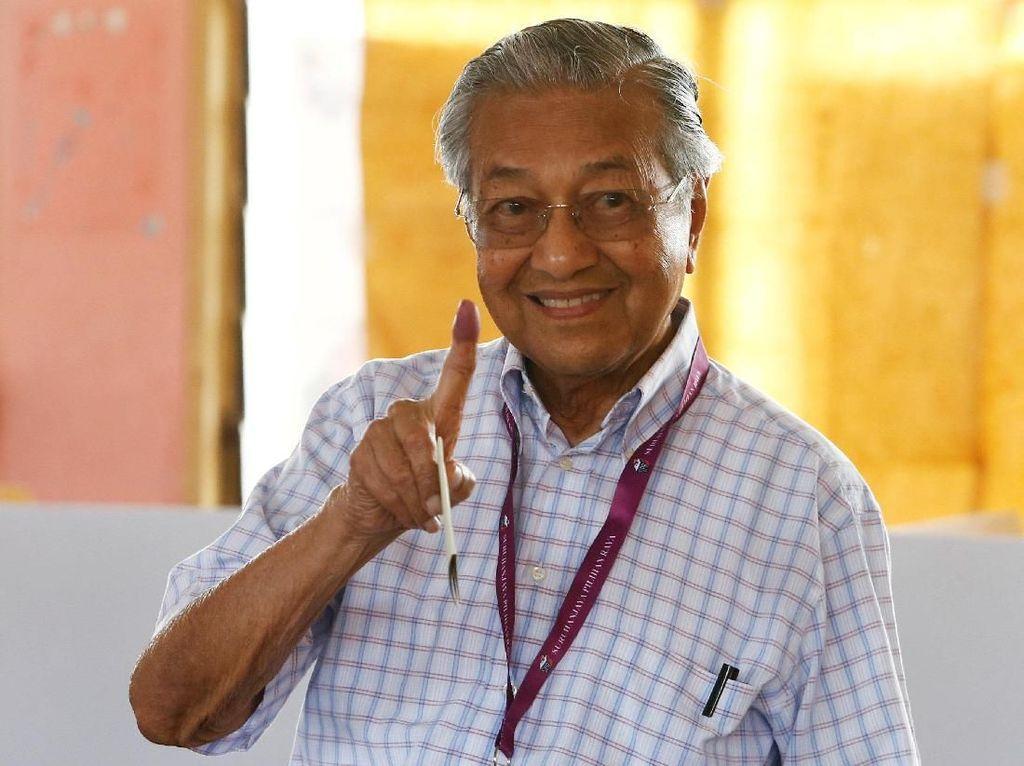 Senyum Cerah Mahathir Mohamad Usai Memilih di Pemilu Malaysia