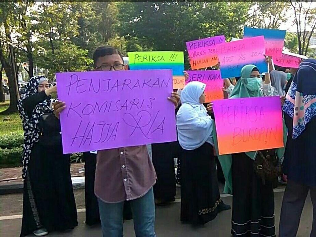 Foto: Demo Tuntut Istri Bos Abu Tours Jadi Tersangka