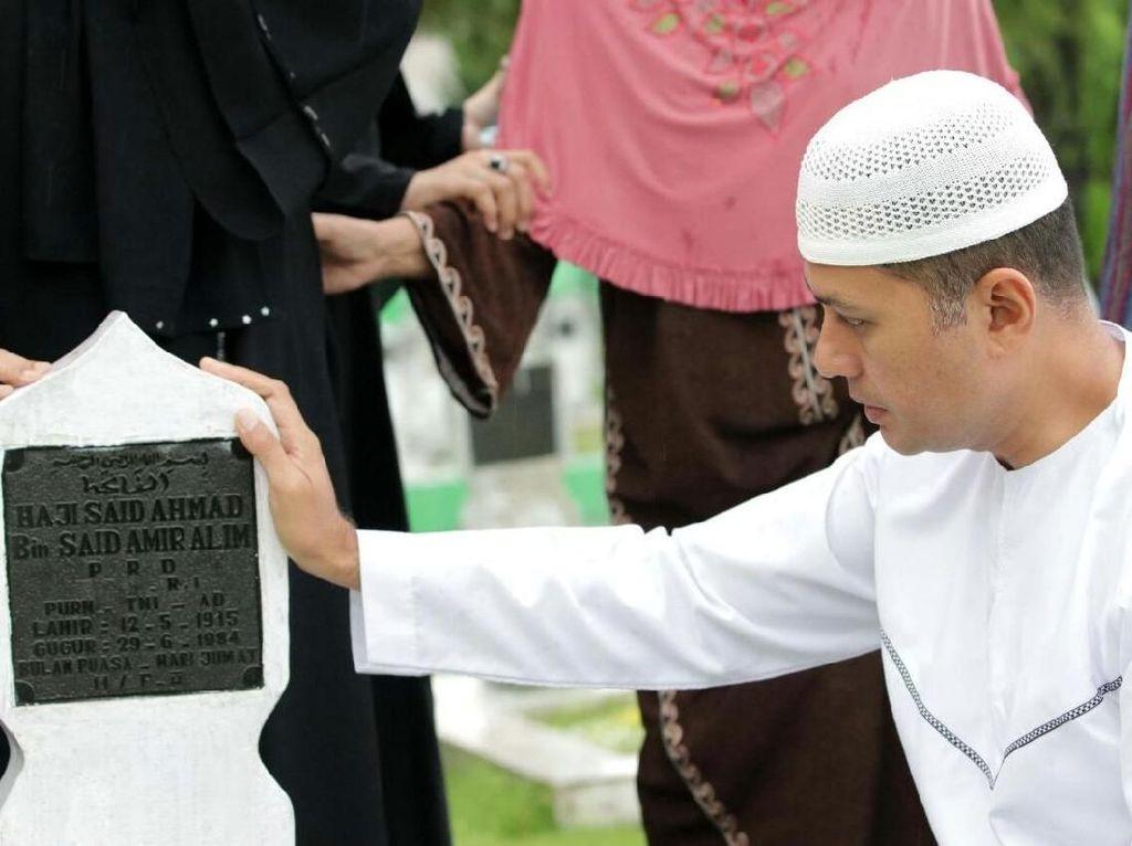Jelang Ramadan, Cawagub Ijeck Nyekar ke Makam Kakek