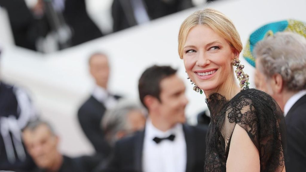 Anti-mainstream, Cate Blanchett Daur Ulang Gaun Golden Globes di Cannes