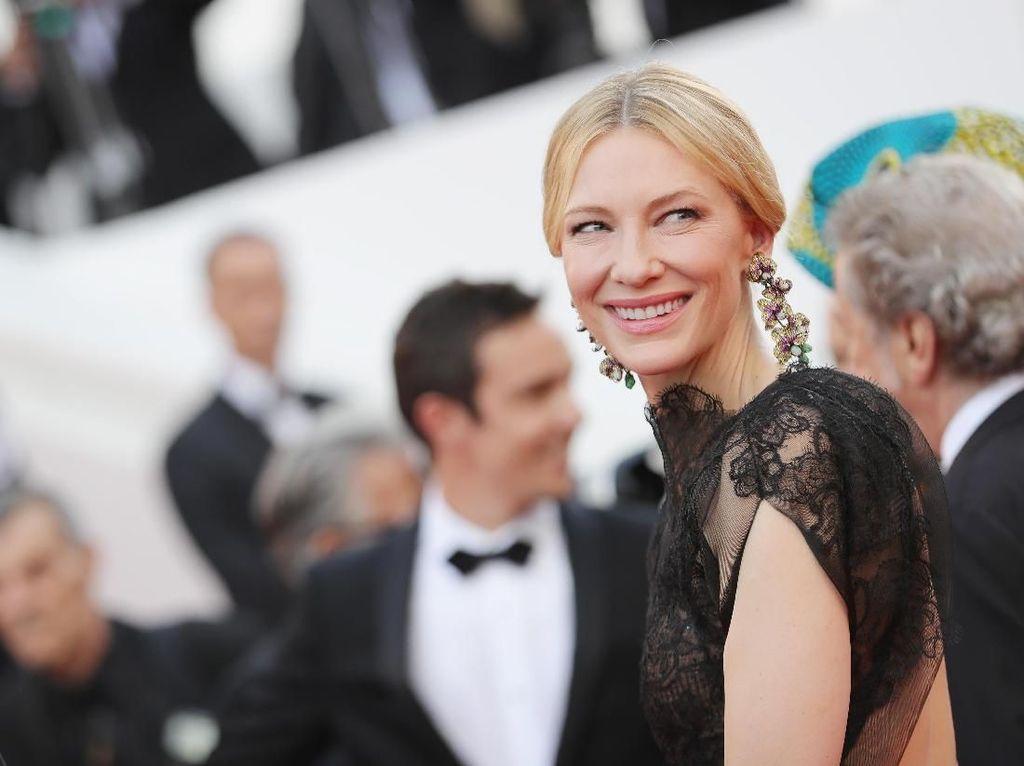 Cinta Lingkungan, Pemenang Oscar Ini Rela Pakai Gaun Bekas di Karpet Merah