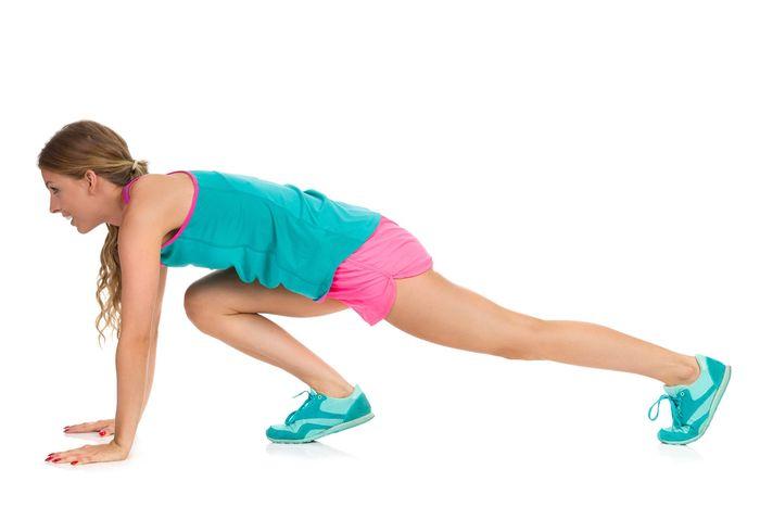 Latihan beban yang pertama adalah squat. Anda dapat menggunakan dumbel untuk latihan ini. Berdiri dengan jarak terpisah, sambil mempertahankan punggung tetap lurus, kemudian turun dan naik. Pastikan pinggul Anda sejajar dengan otot betis Anda. Foto: Thinkstock