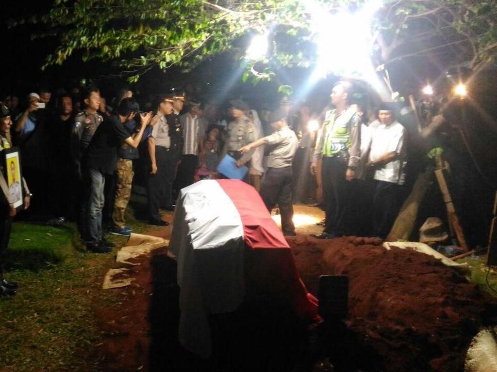 Foto: Pemakaman Bripka Denny Korban Tewas di Rusuh Mako Brimob