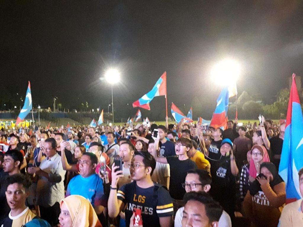 Foto: Suasana Nobar Perhitungan Pemilu Malaysia di Selangor