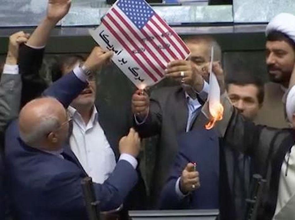 Foto: Anggota Parlemen Iran Ramai-ramai Bakar Bendera AS