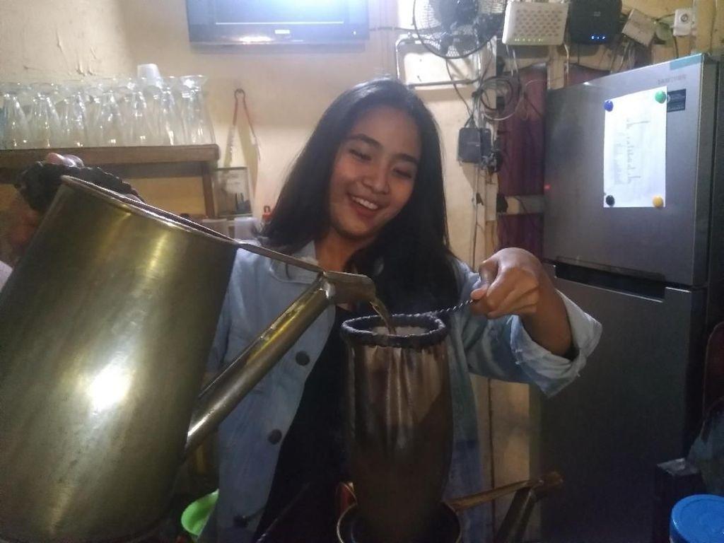Yuk Kenalan! Ini Cantiknya Barista di Kedai Siama Makassar