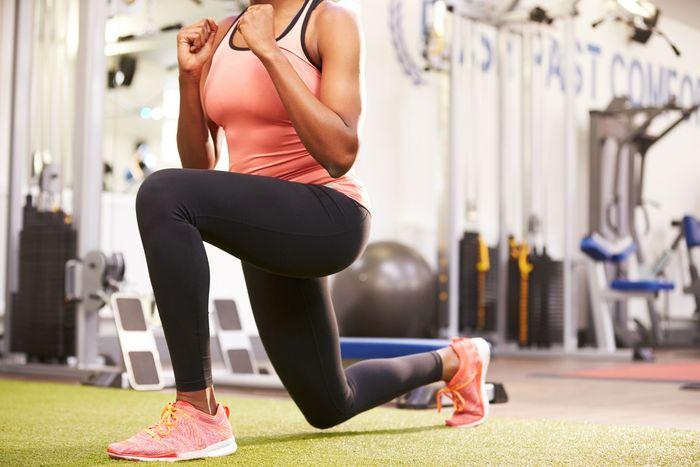 Latihan berikutnya adalah lunge. Caranya berdiri dengan kedua kaki, kemudian tarik kaki kiri Anda ke belakang dan tekuk lutut Anda. Jangan lupa untuk menjaga punggung Anda tetap lurus saat turun. Ulangi hal yang sama dengan kaki yang lain. Foto: Thinkstock