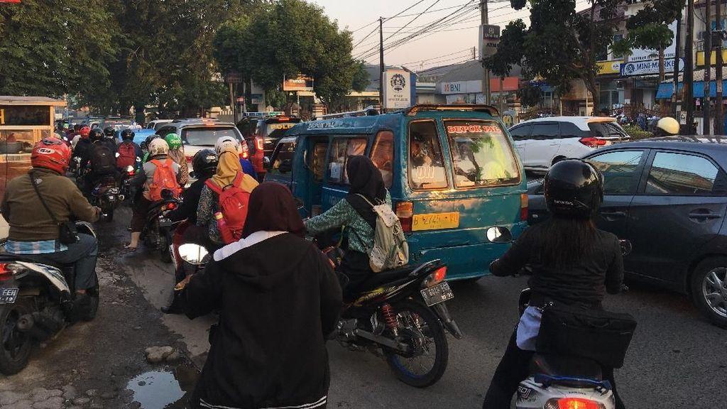 Foto: Pengendara Putar Arah Saat Jalan Mako Brimob Ditutup