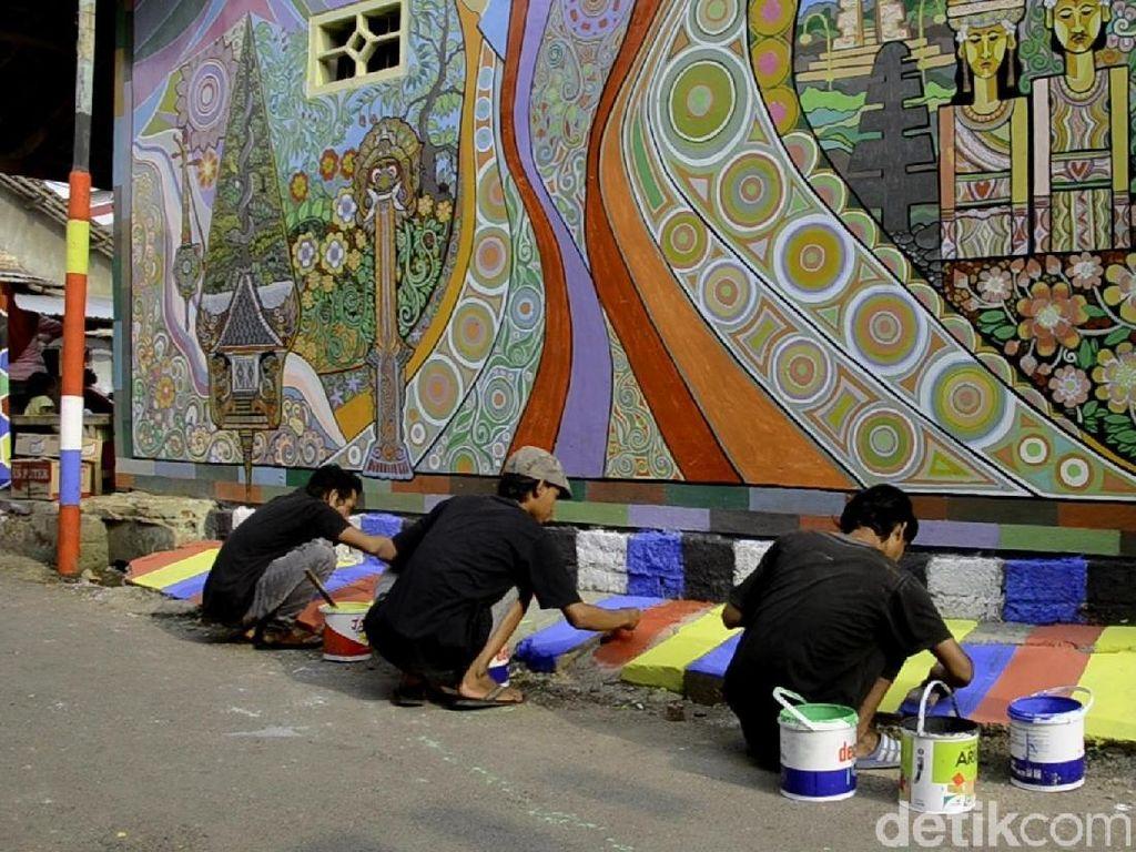 Kampung Kumuh Jadi Warna-warni Demam Piala Dunia di Batang