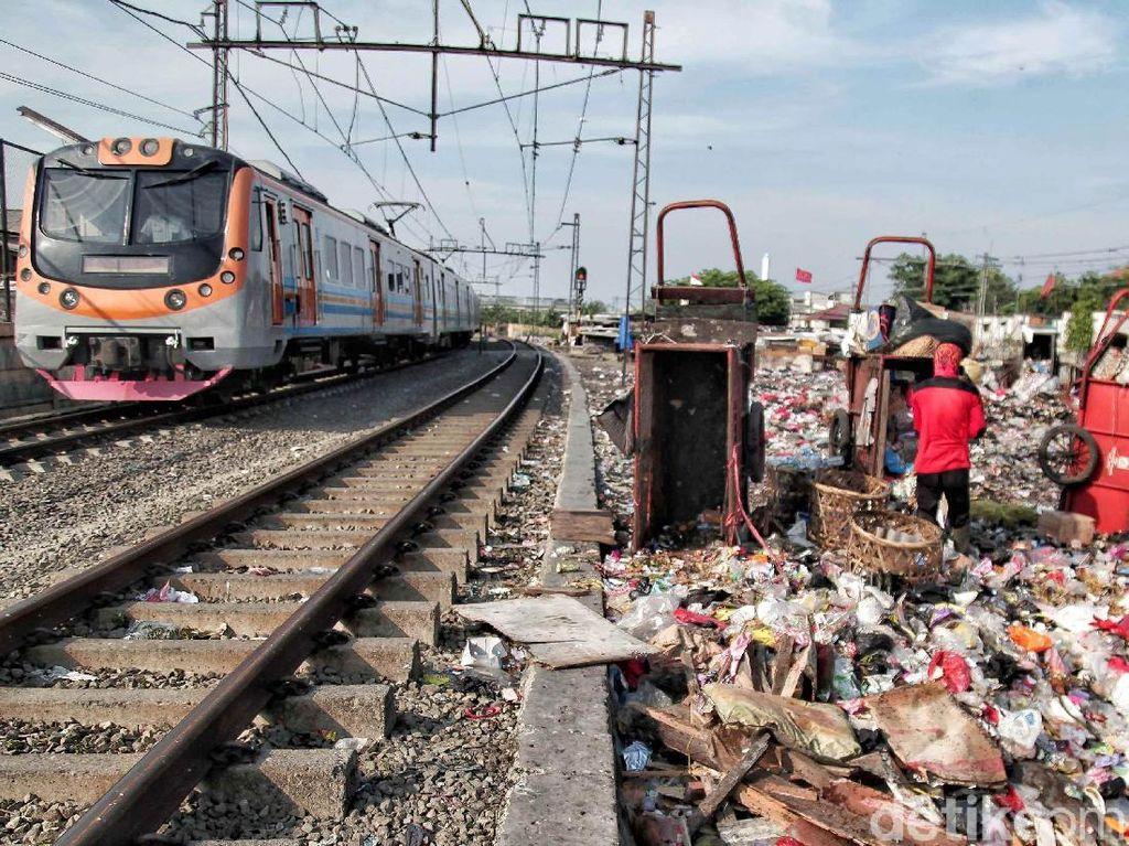 Foto: Lautan Sampah di Pinggir Rel Kereta Kampung Bahari Jakut