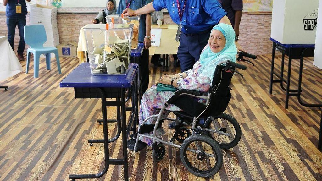 Foto: Bersama Ibunya yang Berkursi Roda, PM Najib Datang ke TPS