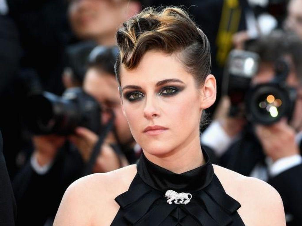Absen di Met Gala 2018, Kristen Stewart Memesona di Cannes Film Festival