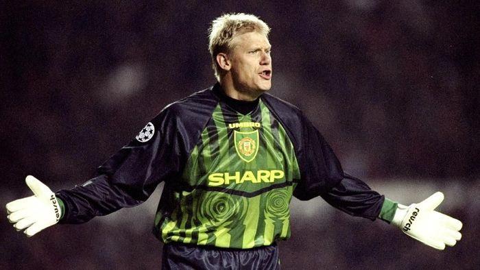 Peter Scmeichel direkrut Manchester United dari Brondby pada 1991 dengan nilai transfer 750.000 pound. Sir Alex kala itu menyebutnya sebagai pembelian murah terbaik abad ini. Foto: Shaun Botterill/Allsport