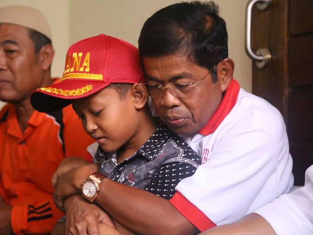 Pelukan Mensos untuk Putra Aipda Denny, Korban Rusuh Mako Brimob