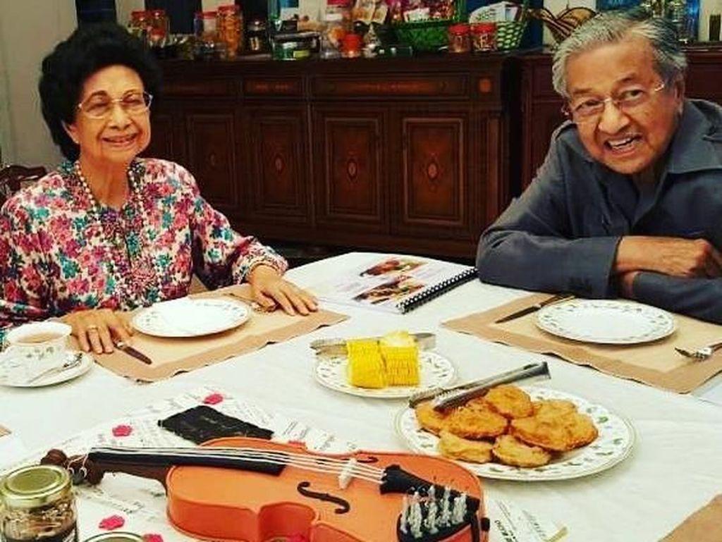 Resmi Dilantik Jadi PM Malaysia, Ini Pose Santai Mahathir Mohammad Saat Makan