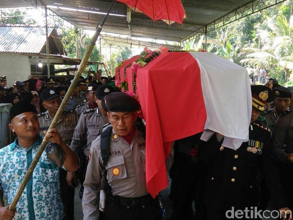 Jenazah Briptu Wahyu Dimakamkan Secara Militer di Kebumen