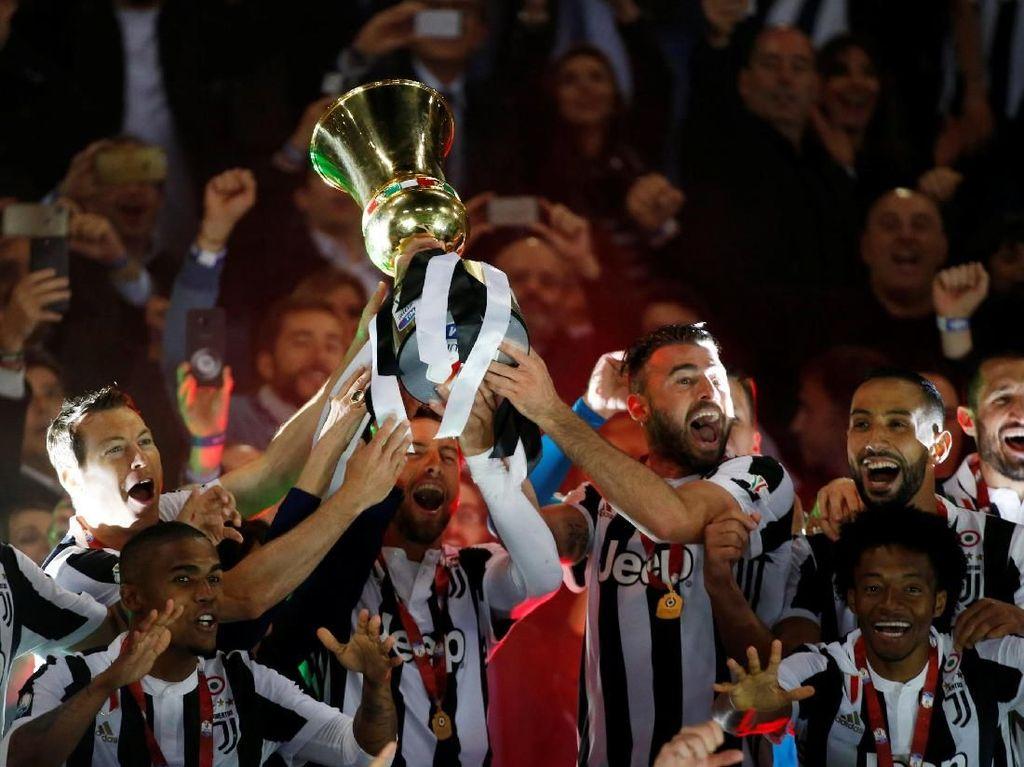Foto: Juventus Angkat Trofi Coppa Italia