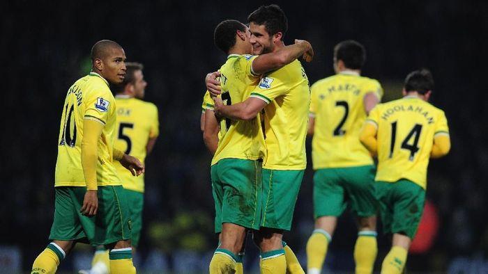 Setelah lama tak ada tiga tim promosi yang bertahan, catatan buruk itu berakhir di 2011/2012. Norwich City berhasil finis posisi ke-12 setelah promosi sebagai runner-up Championship semusim sebelumnya. (Jamie McDonald/Getty Images)