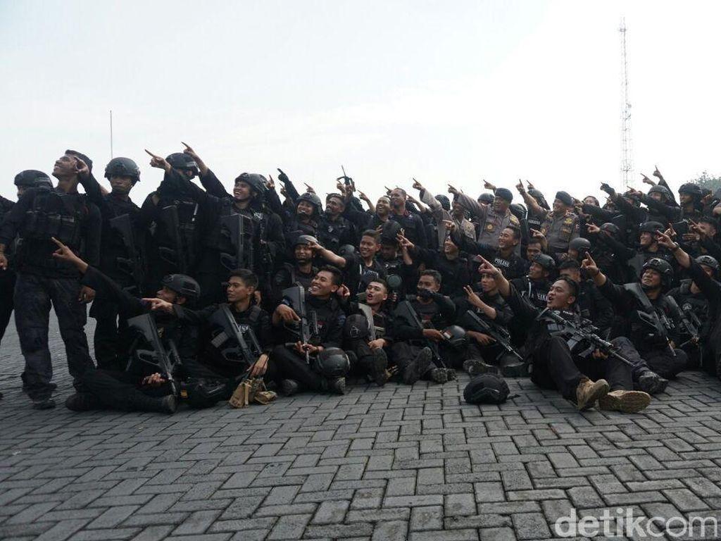 Foto: Ekspresi Syukur Anggota Brimob Usai Berakhirnya Penyanderaan