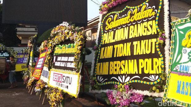 Karangan bunga di Mako Brimob Depok, Jumat (10/5/2018)