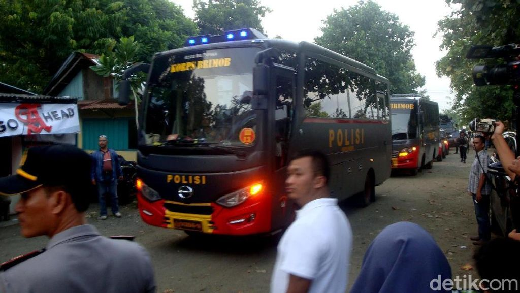 Rombongan Bus Pengangkut Tahanan Terorisme Masuk Nusakambangan