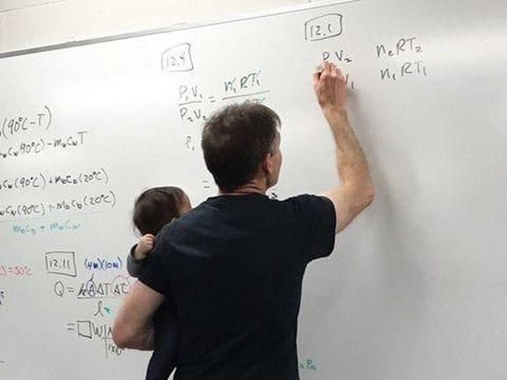 Viral, Kebaikan Hati Dosen Fisika yang Mengajar Sambil Gendong Bayi